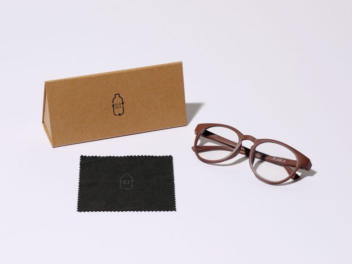 エコな素材を使ったプラグラのメガネ。茶色や黒、赤などのメガネがあります。